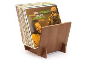 Dynavox_ST_40_walnut - dizajnový stojan pre zbierku LP vinylov vyrobrný z pravého dreva